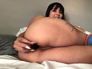 Horny latina plays with her rump crevasse