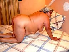 Asian masseuse sucks cock