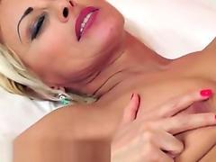 Handjob and orallservice performed during massage