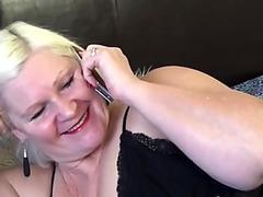 Con mi rico culo y mi vestidito erotico me exibo en busca de trabajo, los clientes pasan y no se animan...