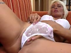 Deutsch: Sexy grandma loves to play with herself